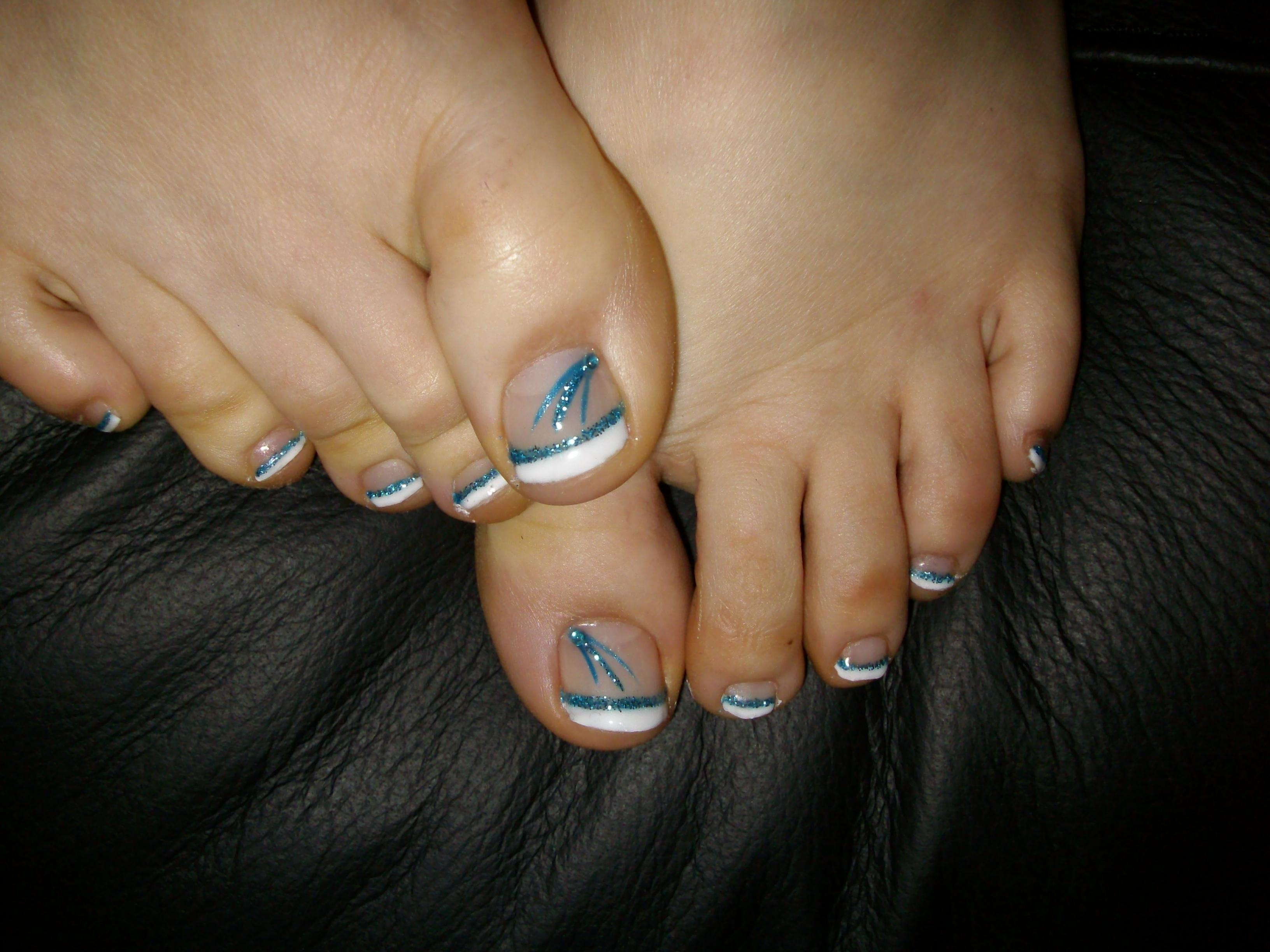 Pose gel pieds French blanche soulignée d\u0027un trait bleu turquoise pailleté  + d\u0026co trait bleu jeans et bleu turquoise pailleté + strass